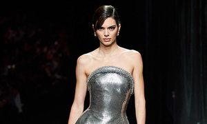 Kendall Jenner làm vedette show Versace