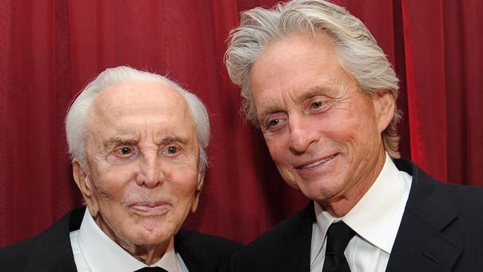 Kirk Douglas (trái) và con trai cả Michael Douglas.
