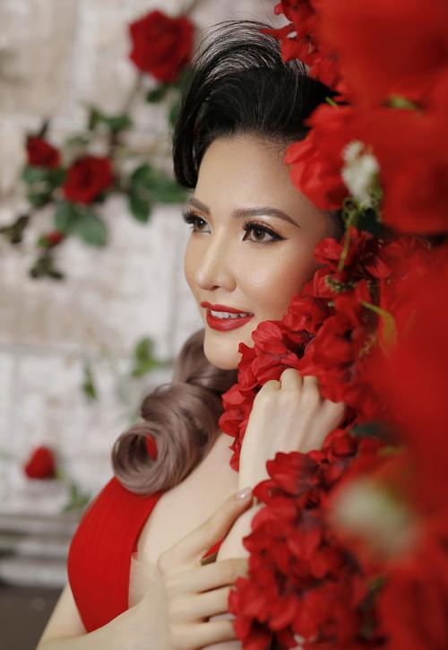 Khi trang điểm phong cách Thái Lan, Hồ Khanh tạo lớp nền lì khô thoáng, có độ bám cao. Con gái Thái chuộng tông màu nền thiên vàng, nâu tôn nước da sáng khỏe, gợi vẻ đẹp quý phái theo xu hướng Tây hóa.