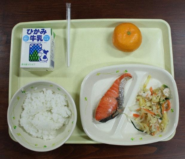 Khay thức ăn tiêu chuẩn của mộthọc sinh ở một trường học ở Nhật Bản. Ảnh: Mainichi.