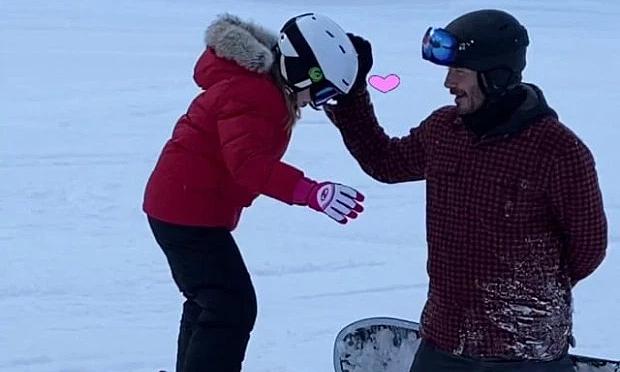 Becks quỳ gối đỡ con gái trượt tuyết