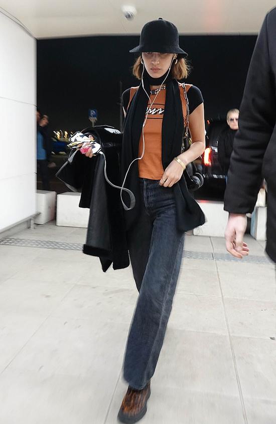 Bella về nước ngay sau khi show cuối cùng kết thúc. Cô đeo tai nghe, đội mũ che mặt và tránh nói chuyện với mọi người ở sân bay.