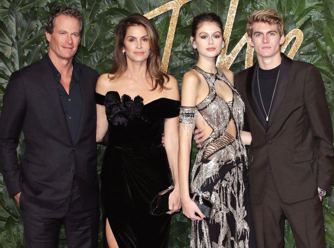 Vợ chồng Cindy Crawford bên con gái Kaia và con trai Presley tại sự kiện thời trang tháng 12/2018.