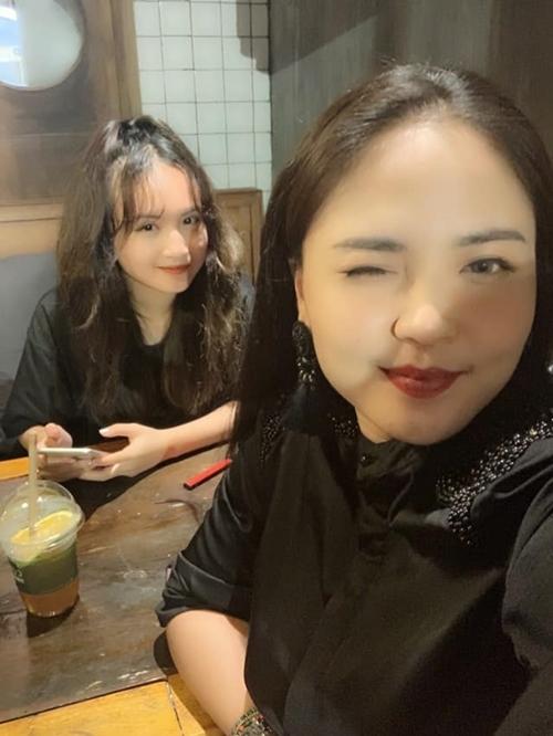 Trước khi Lam Trang sinh bé Su, cô thường cùng con riêng của chồng đi chơi và bị nhầm là chị gái của con vì cả hai có gương mặt tròn giống nhau.