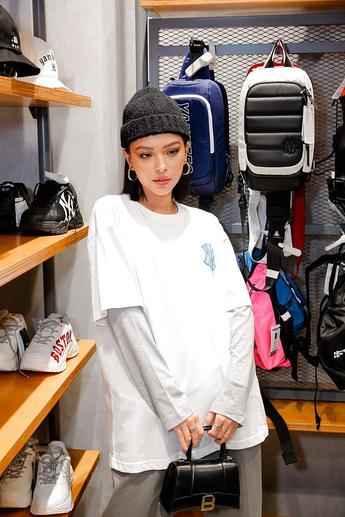 Thời trang layer phối cùng mũ len tối giản, The Face Tú Hảo đã mang đến gợi ý hay ho cho nàng thời thượng mùa thu đông năm nay.