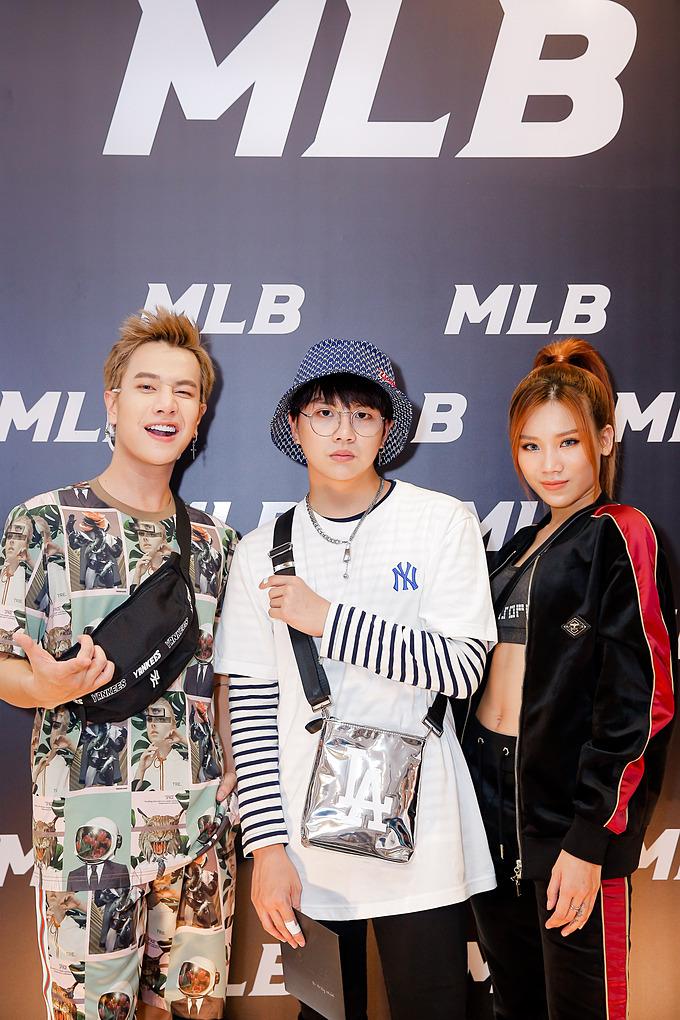 Nam diễn viên Duy Khánh check-in sự kiện cùng ca sĩ Lou Hoàng và Thúy Vy. Cả ba gây chú ý bởi streetstyle độc lạ.