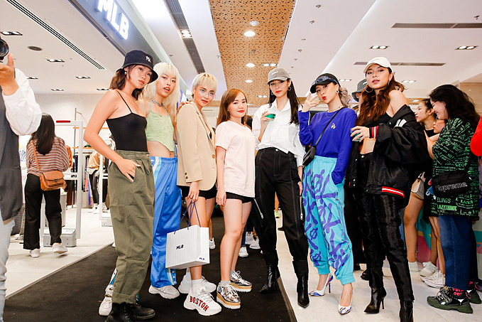 Dàn người đẹp The Face gồm Phí Phương Anh, Đồng Ánh Quỳnh, Bùi Linh Chi cùng Quỳnh Anh Shyn, người mẫu Trisha Đỗ và fashionista Wiwi lên đồ rất gì và này nọ.