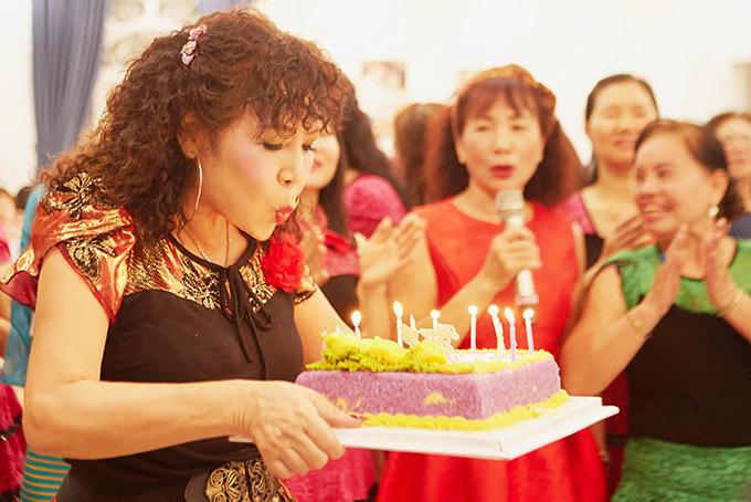 Hàng trăm học viên của lớp học khiêu vũ tới dự sinh nhật mẹ Nathan Lee.
