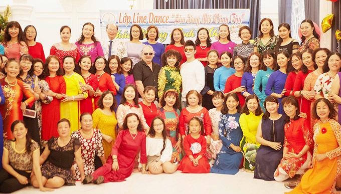Chàng ca sĩ chụp ảnh cùng mẹ và các khách mời trong tiệc sinh nhật tổ chức tại biệt thự.