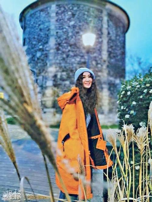 Người đẹp khoe, thời tiếtở Paris rất dễ chịu, nắng nhẹ và không khí trong lành, họ có thể thoải mái đi chơi mà không cần đeo khẩu trang.