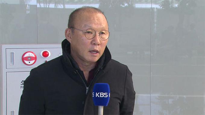 HLV Park Hang-seo trả lời đài KBS (Hàn Quốc) tại sân bay quốc tếIncheon trước khi sang Việt Nam hôm 23/2. Ảnh: KBS.