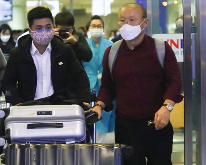 HLV Park Hang-seo tại sân bay Nội bài tối 23/2. Ảnh: NS.