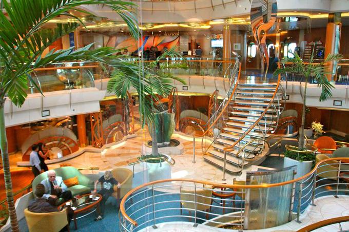 Vì sự rộng lớn của nó mà nhiều du khách đã bị lạc ngay trên tàu. Năm 2016, Diamond Princess được bình chọn là du thuyền tốt nhất thế giới do tạp chí du lịchTravel + Leisure đề cử.