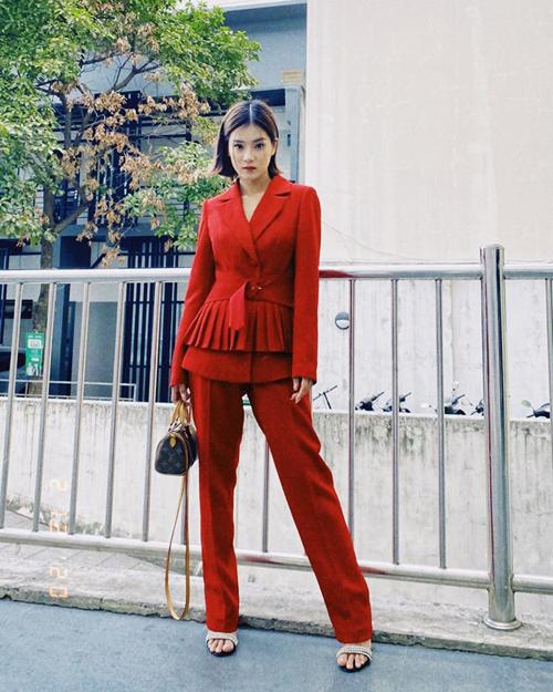 Hoàng Yến Chibi thể hiện đúng tinh thần bánh bèo xuống phố. Ca sĩ chọn suit đỏ tươi với điểm nhấn thắt eo, xếp nếp điệu đà.
