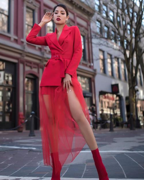 Jolie Phương Trinh khoe dáng sexy với cách mix đồ ton-sur-ton rực rỡ. Ca sĩ giúp mình bổi bật bởi cách phối áo khoác hot trend đi cùng chân váy tuyn bắt mắt.