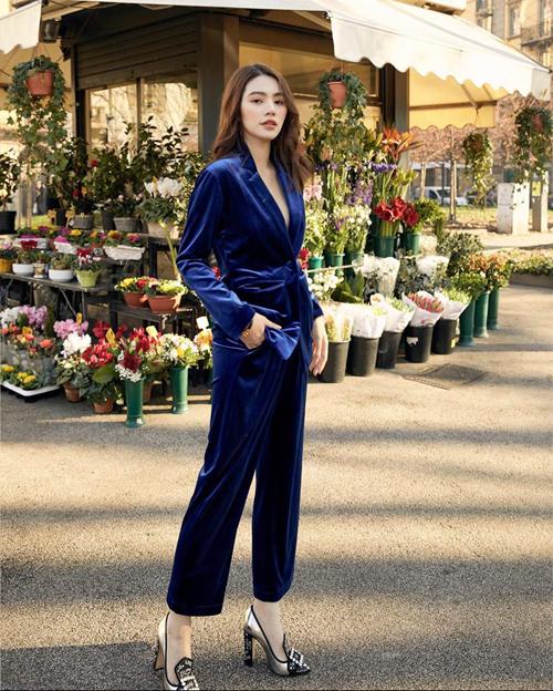 Suit vải nhung tôn làn da trắng sáng giúp Jolie Nguyễn khoe ưu điểm. Trang phục phù hợp với bạn gái có vóc dáng mảnh mai, bởi nhung là chất liệu dễ khiến hình thể phái đẹp trở nên đầy đặn.