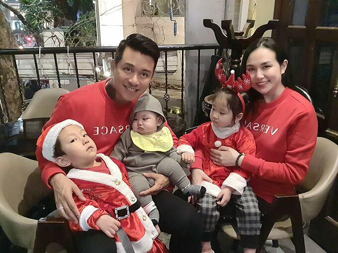Tuấn Hưng hạnh phúc bên vợ và ba con.