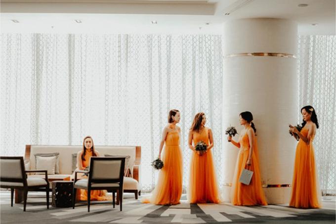 Dàn phù dâu đều diện váy màu vàng cam, dáng A xòe nhẹ.
