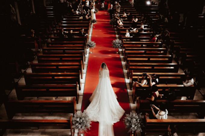 Sau khi hoàn tất các công tác chuẩn bị, uyên ương cử hành hôn lễ tại nhà thờ.