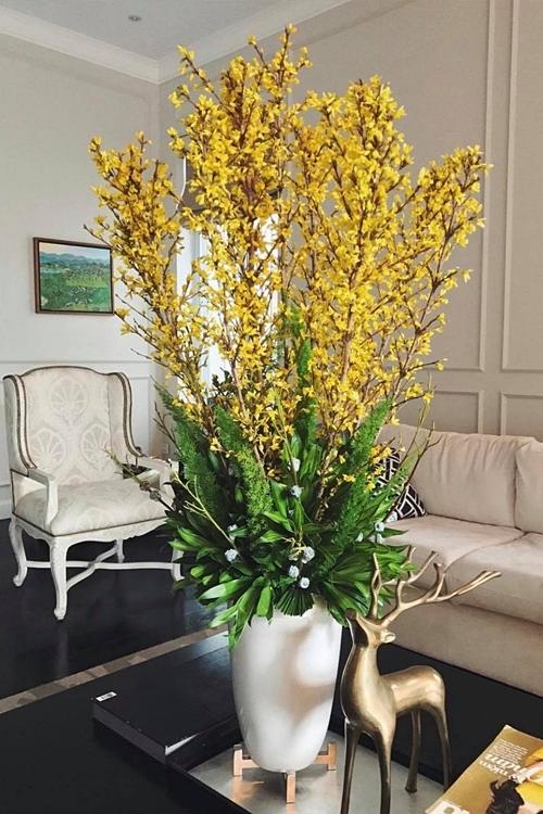 Những bình hoa rực rỡ giúp tổng thể trở nên nổi bật hơn.