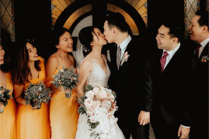Arlon và Jenny chọn lựa vàng làm tông màu chủ đạo cho đám cưới của mình. Họ kết hợp gam màu này cùng các tông màu trung tính: trắng, đen để tạo sự hiện đại cho hôn lễ.