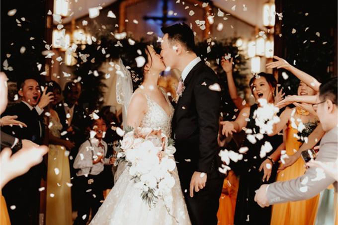 Cặp vợ chồng trải qua các nghi thức cưới tại nhà thờ. Sau đó, cả haidi chuyển để tổ chức tiệc ở nhà hàng với quy mô nhỏ bên người thân, bạn bè, đồng nghiệp.