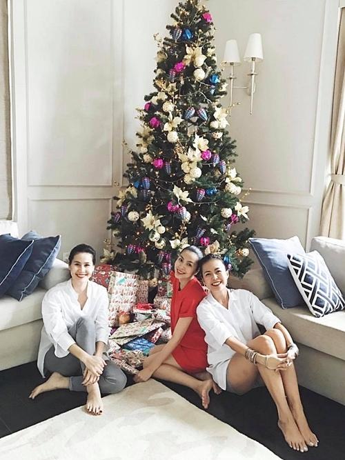 Dịp Giáng sinh, Tăng Thanh Hà trang trí cây thông Noel, mời bạn bè thân thiết: Thân Thúy Hà (trái), Thùy Trang - vợ ca sĩ Phạm Anh Khoa (phải)đến chơi.