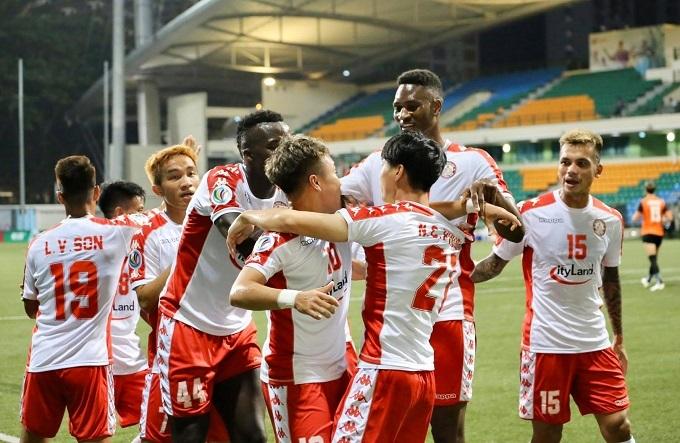 Các cầu thủ TP HCM ăn mừng bàn thắng.