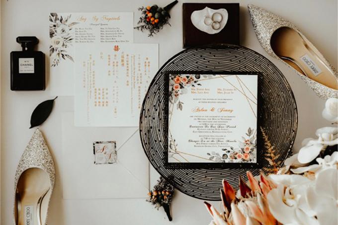 Bộ thiệp cưới thể hiện concept tiệc cưới với 3 tông màu chủ đạo: vàng cam, trắng, đen. Uyên ương sử dụng họa tiết hoa hồng cho bộ thiệp để làm điểm nhấn.
