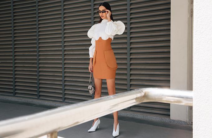 Bên cạnh ư điểm về khả năng tôn đường cong gợi cảm, bộ cánh của Hà Anh còn dễ ứng dụng ở nhiều bối cảnh khác nhau. Áo vai bồng, chun tay, chân váy ôm có thể mix đồ dạo phố và tham gia tiệc nhẹ.