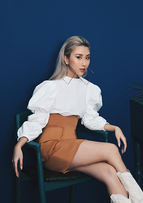 Quỳnh Anh Shyn lại có mix-match riêng khi sử dụng áo tay bồng, chân váy lưng cao để tham gia sự kiện.