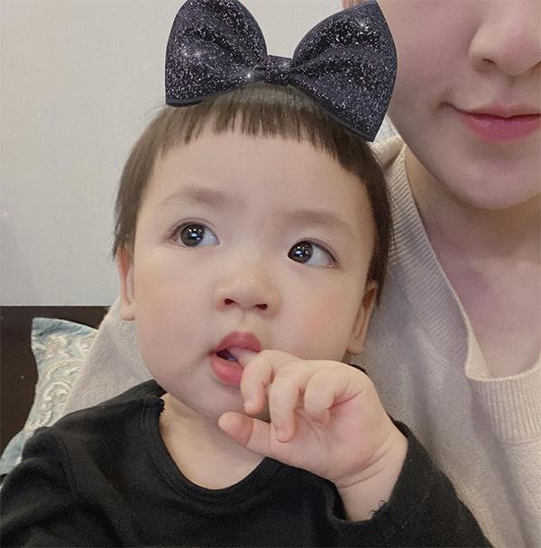 Cậu bé hơn một tuổi được mẹ cho để kiểu tóc nồi úp quen thuộc với nhiều em bé Hàn Quốc.