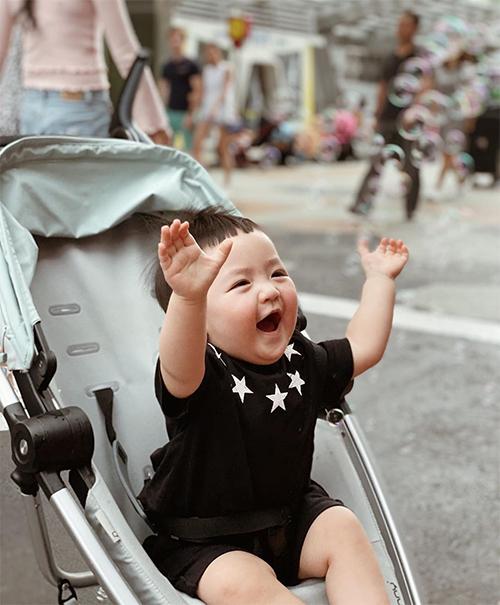 Tháng 12/2019, khi bé Kem tròn một tuổi, Tú Anh mới lần đầu tiên chia sẻ ảnh rõ mặt con trai. Tuy nhiên, cậu bé nhanh chóng được mọi người yêu thích bởi vẻ ngộ nghĩnh, đáng yêu.
