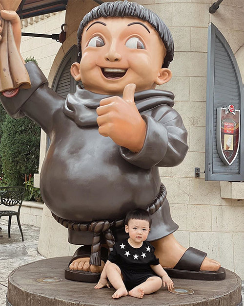 Khi đi công viên và gặp một nhân vật hoạt hình có kiểu đầu giống Kem, Tú Anh thích thú đặt con bên cạnh để cả hai đọ dáng.