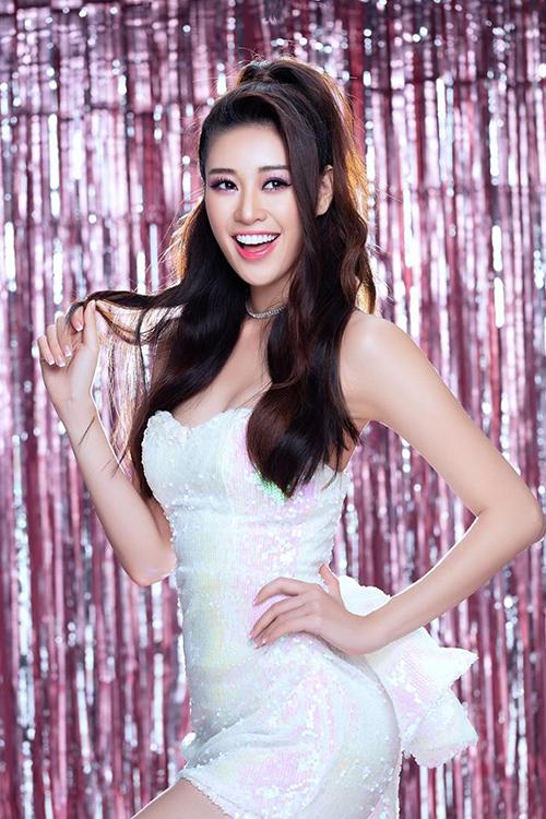 Người đẹp diện váy cúp ngực phủ sequins tôn lên vòng một gợi cảm kết hợp với mái tóc xoăn nhẹ và trang điểm tông hồng.