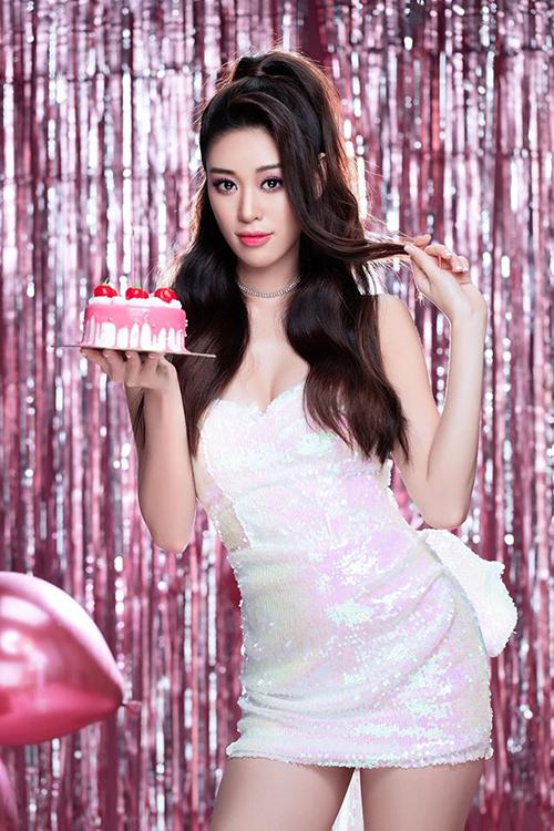Sinh nhật đầu tiên trong vai trò Hoa hậu Hoàn vũ Việt Nam, Khánh Vân muốn làm điều gì đó đặc biệt thay vì chỉ đi ăn cùng gia đình như mọi năm. Sau khi bàn luận với êkíp, cô quyết định thực hiện một bộ ảnh lấy màu hồng làm chủ đề.
