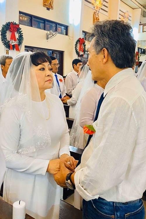Cả hai quen nhau vào năm 1986 khi họ đều trải qua một cuộc hôn nhân đổ vỡ, có con riêng. Dù gặp sự phản đối từ gia đình chồng, Hương Lan vẫn quyết định gắn bó và trải qua hơn 30 năm bên nhau. Cuộc sống dĩ nhiêncũng có nhiều va chạm nhưngnhờ sự kiên nhẫn, chúng tôi mới giữ được hạnh phúc, nữ danh ca bày tỏ.