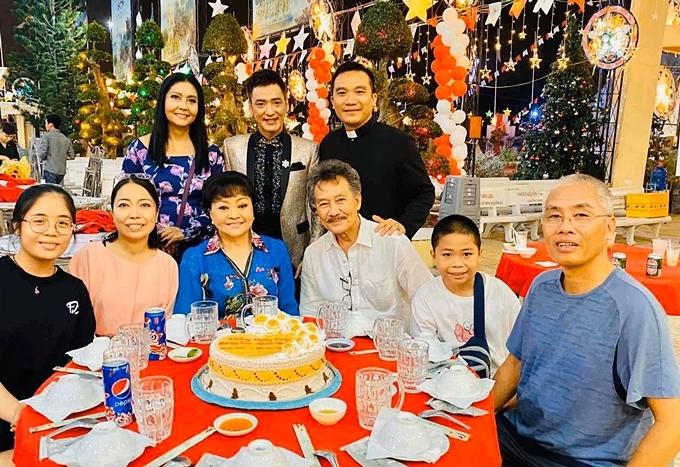 Danh ca Họa Mi (áo dài hoa) cũng có mặt chúc mừng vợ chồng Hương Lan.