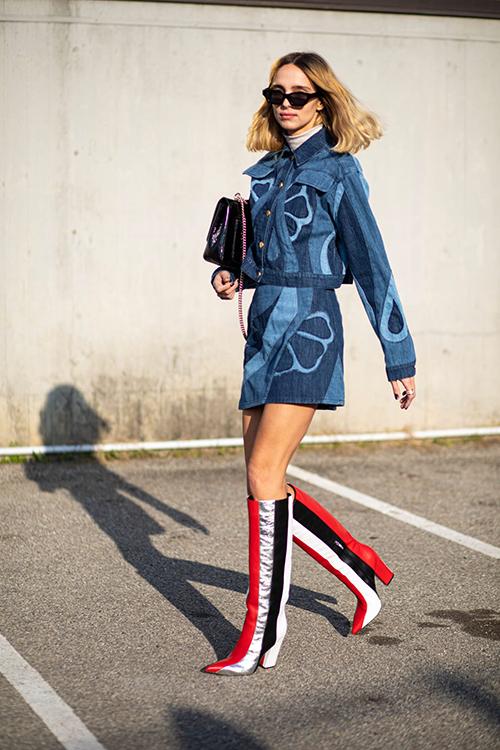 Trang phục jeans và denim được thể hiện đa dang với nhiều kiểu dáng từ quần basic đến váy và quần đáy thụng cá tính.