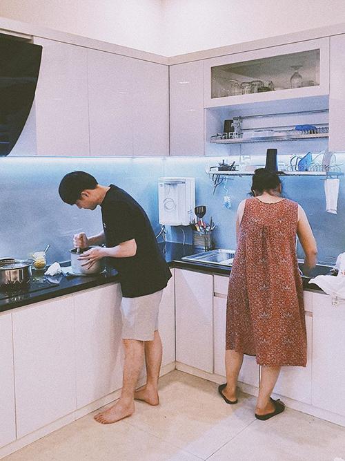 Đông Nhi nịnh chồng: Khi chàng rể và mẹ vợ vào bếp, bữa cơm tối hoàn hảo nhất trên đời.