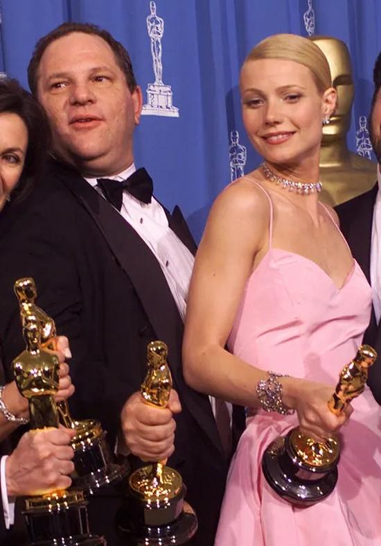 Gwyneth Paltrow (phải) tiết lộ, cô bị Harvey Weinstein quấy rối năm 22 tuổi tại khách sạn khi ông mời cô làm ngôi sao trong bộ phim Emma.