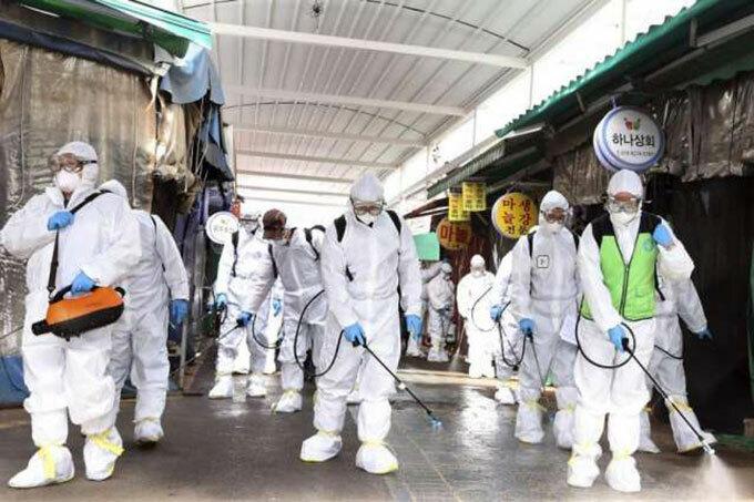 Các nhân viên y tế khử trùng ở một khu chợ tại thành phố Daegu, Hàn Quốc. Ảnh: AFP.
