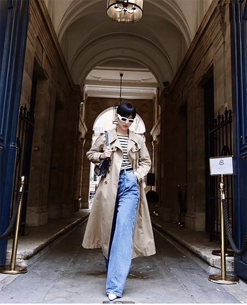 Đối với phái đẹp ở miền lạnh, jeans ống suông kết hợp cùng áo khoác dáng dài, áo thun kiểu dáng đơn giản sẽ có được set đồ cuối xuân hợp mốt.