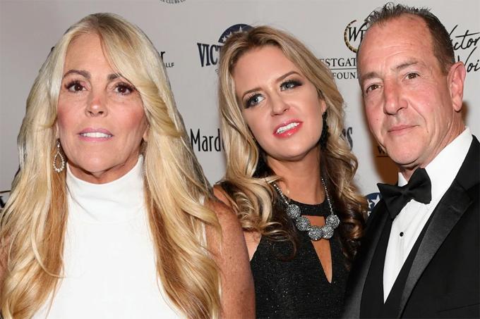 Mẹ Lindsay (trái) đưa vợ hai của chồng cũ (giữa) về sống cùng.