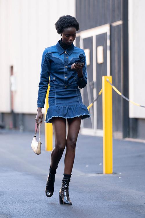 Jacket và váy ngắn lại mang tới hình ảnh sexy, trẻ trung và đặc biệt là nó có khả năng kéo dài chân thon cho phái đẹp.
