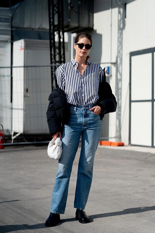 Jeans xanh cổ điển dễ dàng kết hợp với những mẫu sơ mi trắng, sơ mi kẻ sọc để mang lại nét khoẻ khoắn cho phái đẹp.
