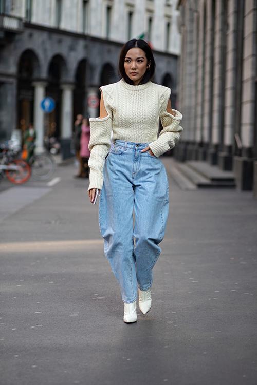 Ngoài jeans ống đứng thì các mẫu quần thụng, quần ống côn cũng được mix-match bắt mắt cùng các mẫu áo len, áo cut-out phá cách.