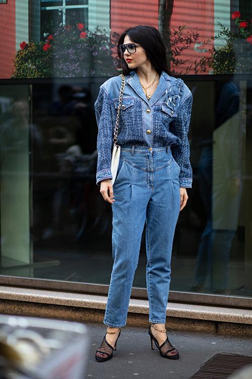 Jeans lưng cao được phối hợp cùng áo denim phối vải tweed hài hoà về màu sắc. Khi diện set đồ này các nàng có thể sử dụng phụ kiện tông đen trăng để tạo sự hoàn hảo cho bố cục.