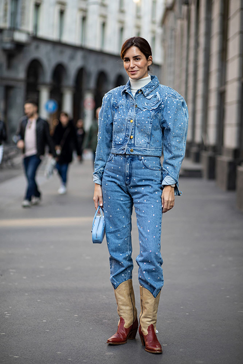 Diện nguyên cây đồ jeans và mix cùng áo thun, áo cổ lọ trắng vừa tôn nét cá tính vừa khiến người mặc nổi bật trên phố.