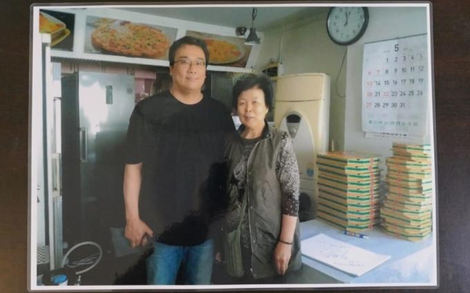 Trong quán treo hình kỷ niệm của chủ quán chụp cùng đạo diễn Bong Joon Ho (bìatrái).